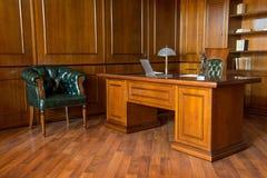 Intérieur de pièce de bureau avec des chaises et de table en bois dans la conception classique Images libres de droits