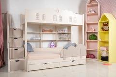 Intérieur de pièce d'enfants avec le lit superposé photos libres de droits