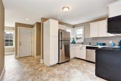 Intérieur de pièce de cuisine avec les coffrets et le plancher de tuiles blancs Image libre de droits