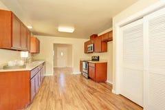 Intérieur de pièce de cuisine de l'espace ouvert avec les coffrets en bois Photographie stock
