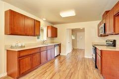 Intérieur de pièce de cuisine de l'espace ouvert avec les coffrets en bois Photo stock