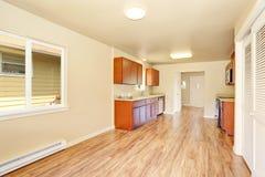 Intérieur de pièce de cuisine de l'espace ouvert avec les coffrets en bois Photographie stock libre de droits