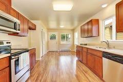 Intérieur de pièce de cuisine de l'espace ouvert avec les coffrets en bois Image stock