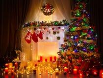 Intérieur de pièce de nuit d'arbre de Noël, lumières à la maison de décoration Image libre de droits