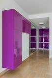 Intérieur de pièce vide de garde-robe dans des couleurs roses photos stock