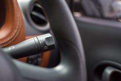 Intérieur de portière de voiture avec le manche de commutateur de lampe Photographie stock