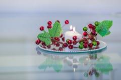 Intérieur de réception avec des bougies et des fleurs d'un plat de miroir Photos libres de droits