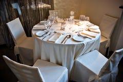 Intérieur de restaurant avec la table servie Image stock