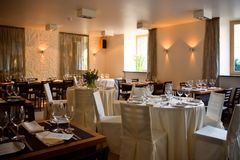 Intérieur de restaurant avec les tables servies Photographie stock libre de droits