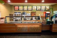 Intérieur de restaurant d'aliments de préparation rapide de souterrain images libres de droits