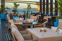 Intérieur de restaurant sur l'eau, le sofa et la table images stock