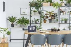 Intérieur de salle à manger avec l'espace de travail Images stock