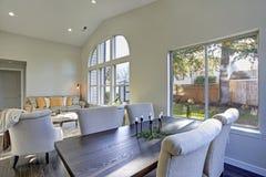 Intérieur de salle à manger avec la vue d'arrière-cour image stock