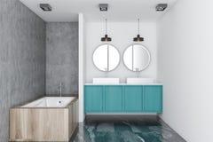 Intérieur de salle de bains avec l'évier et la baignoire bleus Photo stock