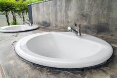 Intérieur de salle de bains avec l'évier et le robinet Image libre de droits