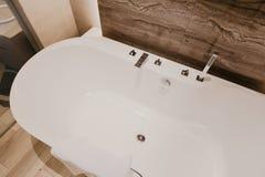Intérieur de salle de bains avec un robinet images libres de droits