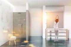 Intérieur de salle de bains, douche et évier de marbre, femme image stock