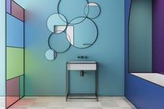 Intérieur de salle de bains en verre souillé de bleu, évier de baquet Photo stock