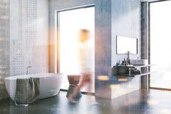 Intérieur de salle de bains de grenier de mur en béton Femme Image stock