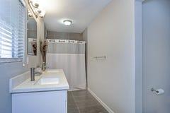 Intérieur de salle de bains neutre avec le double coffret de vanité photo libre de droits
