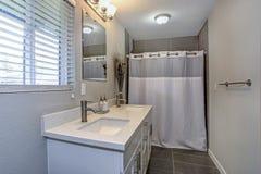 Intérieur de salle de bains neutre avec le double coffret de vanité images stock