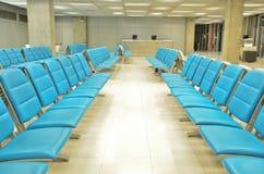Intérieur de salle d'attente avec des présidences Image libre de droits