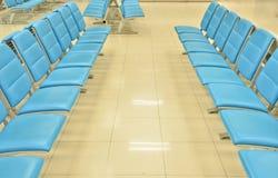 Intérieur de salle d'attente avec des présidences Image stock