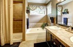 Intérieur de salle de bains avec l'équilibre de tuile Images stock