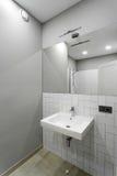 Intérieur de salle de bains avec un lavabo, un évier et un miroir Photos libres de droits