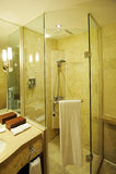 Intérieur de salle de bains d'hôtel Photographie stock libre de droits