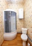 Intérieur de salle de bains d'hôtel avec la douche et la casserole photographie stock libre de droits