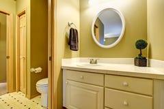 Intérieur de salle de bains dans des tons jaunes avec le coffret de vanité Image libre de droits