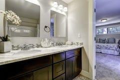Intérieur de salle de bains dans la chambre à coucher principale photos stock