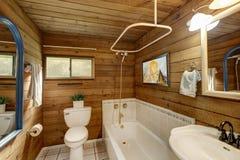Intérieur de salle de bains dans une carlingue de rondin luxueuse Image stock