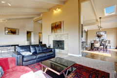 Intérieur de salon avec à haut plafond dans la maison de luxe Photos stock