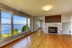 Intérieur de salon avec de l'eau le plancher en bois dur, la cheminée et vi Images stock