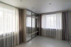 intérieur de salon avec la garde-robe de fenêtre et de miroir images stock