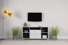 Intérieur de salon avec le plasma TV sur le mur photographie stock