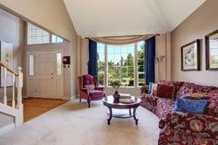 Intérieur de salon de l'espace ouvert avec le beau sofa et les rideaux bleus Photos libres de droits