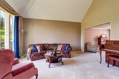 Intérieur de salon de l'espace ouvert avec le beau sofa et les rideaux bleus Images libres de droits