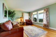 Intérieur de salon de l'espace ouvert avec le sofa en cuir et les murs verts Images stock