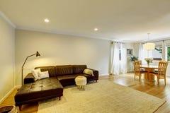 Intérieur de salon de l'espace ouvert avec le sofa et le tapis en cuir Photo libre de droits