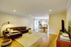Intérieur de salon de l'espace ouvert avec le sofa et le tapis en cuir Photographie stock