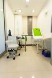 Intérieur de salon sain moderne de station thermale de beauté Pièce de traitement Image libre de droits