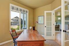 Intérieur de siège social avec le bureau en bois et une fenêtre Photographie stock libre de droits