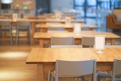 Intérieur de table en bois dans le centre commercial de l'espace restauration centre de nourriture dans le magasin images stock
