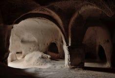 Intérieur de temple chrétien de caverne antique dans Zelve, Cappadocia images stock