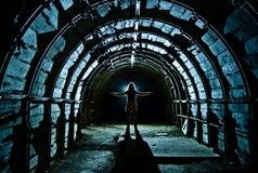 Intérieur de tunnel dans la mine de charbon abandonnée Image stock
