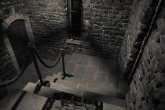 Intérieur de vieux manoir abandonné rampant Escalier et colonnade Escaliers foncés de château au sous-sol Escaliers fantasmagoriq photographie stock libre de droits