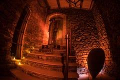 Intérieur de vieux manoir abandonné rampant Escalier et colonnade Silhouette de la position de fantôme d'horreur sur des escalier photographie stock